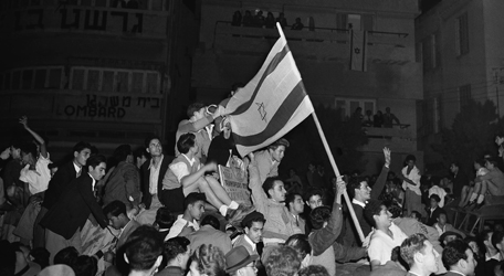 Jews in Tel Aviv celebrate following the UN's decision to partition Palestine / Nov. 30, 1947. (Photo: Jim Pringle/AP)